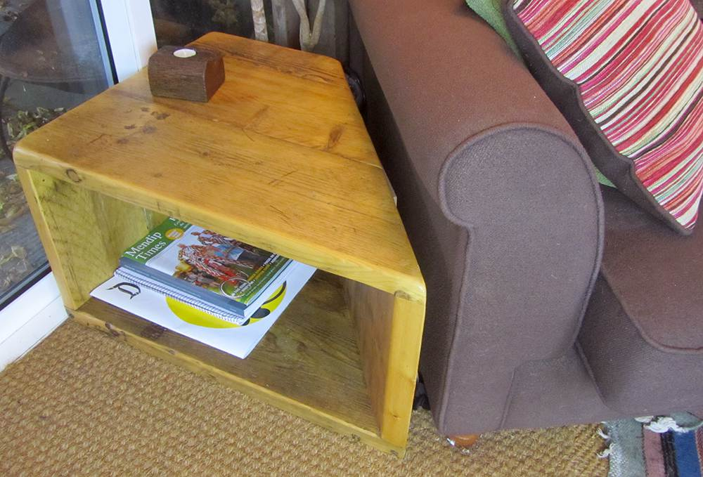 'Made to measure' corner table